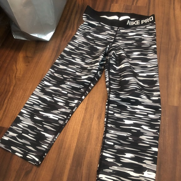Nike Pants - Cropped Nike Pro S camo leggings